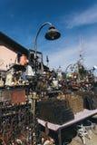 Vecchie merci da vendere in un mercato delle pulci del bordo della strada Fotografie Stock
