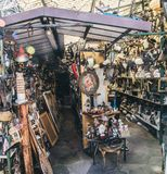 Vecchie merci da vendere in un mercato delle pulci del bordo della strada Fotografie Stock Libere da Diritti