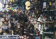 Vecchie merci da vendere in un mercato delle pulci del bordo della strada Immagine Stock Libera da Diritti