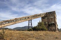 Vecchie miniere con una torre dell'asta cilindrica di miniera Immagini Stock Libere da Diritti