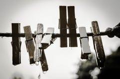 Vecchie mollette da bucato di legno su una corda sulla via fotografie stock libere da diritti