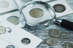 Vecchie monete e lente d'ingrandimento differenti, fondo molle del fuoco Immagini Stock Libere da Diritti