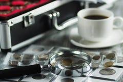 Vecchie monete e lente d'ingrandimento differenti, fondo molle del fuoco Immagine Stock