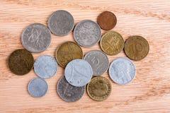 Vecchie monete europee su fondo di legno Fotografia Stock