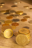 Vecchie monete impilate Fotografia Stock