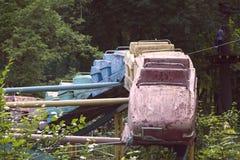 Vecchie montagne russe arrugginite in un parco abbandonato con un'estate calda Immagini Stock Libere da Diritti