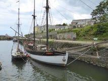 Vecchie navi di navigazione in porto immagini stock