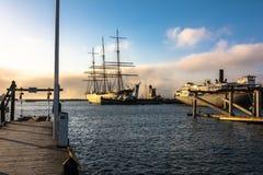 Vecchie navi nel porto al tramonto, San Francisco fotografia stock libera da diritti
