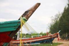 Vecchie navi sulla spiaggia dall'arco vicino Fotografia Stock Libera da Diritti