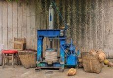 Vecchie noci di cocco a macchina di apertura Immagine Stock Libera da Diritti