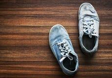Vecchie paia delle scarpe adolescenti Fotografia Stock Libera da Diritti