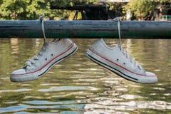 Vecchie paia delle scarpe di tennis Fotografie Stock