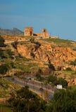 Vecchie parete di rovina della città antica e strada di Fes, Marocco immagine stock