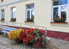 Vecchie parete e finestre domestiche, Lituania fotografia stock