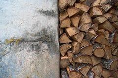 Vecchie parete e legna da ardere bianche di impilamento Immagine Stock Libera da Diritti