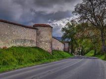Vecchie parete e strada della cattedrale Fotografia Stock