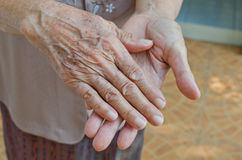Vecchie pelle corrugata della donna mani senior Immagini Stock