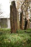 Vecchie pietre tombali in cimitero Immagini Stock