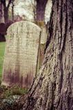 Vecchie pietre tombali in cimitero Immagini Stock Libere da Diritti