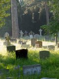 Vecchie pietre tombali di un cimitero inglese Fotografie Stock Libere da Diritti
