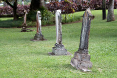 Vecchie pietre tombali in un cimitero Fotografia Stock Libera da Diritti