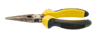Vecchie pinze della ruggine con la maniglia di giallo e del nero su fondo bianco Fotografia Stock Libera da Diritti