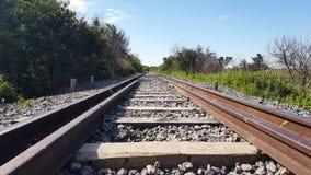 Vecchie piste del treno un giorno soleggiato fotografia stock