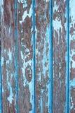 Vecchie plance di legno misere con la pittura incrinata di colore fotografia stock