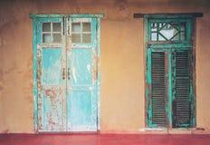 Vecchie porta e finestra invecchiate della casa di stile d'annata Fotografie Stock