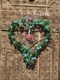 Vecchie porte di legno con cuore fatto dalle foglie Immagine Stock Libera da Diritti