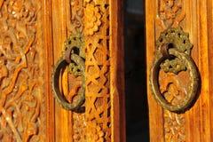 Vecchie porte di legno con il modello arabo tradizionale Immagini Stock