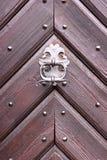 Vecchie porte di legno con la maniglia metallica del battitore Immagini Stock