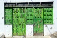 Vecchie porte di legno nocive Immagini Stock