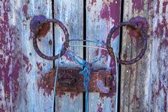 Vecchie porte di legno, spogliate ma molto gusto, immagini stock libere da diritti