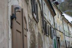 Vecchie porte e vecchie finestre nella vecchia città Immagini Stock Libere da Diritti