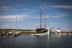Vecchie retro barche a vela d'annata in seca, Slovenia fotografia stock