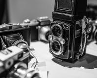 Vecchie retro macchine fotografiche d'annata in bianco e nero Fotografia Stock