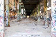Vecchie rovine del centrale elettrico: Prospettiva della trave di acciaio Fotografie Stock Libere da Diritti