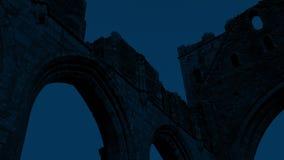 Vecchie rovine dell'abbazia alla notte stock footage