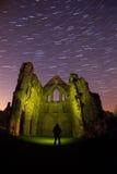 Vecchie rovine dell'abbazia alla notte Immagine Stock