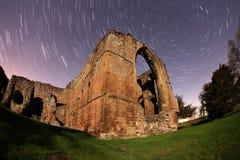 Vecchie rovine dell'abbazia alla notte Fotografia Stock Libera da Diritti