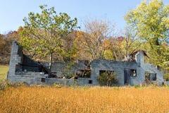 Vecchie rovine dell'azienda agricola fotografia stock