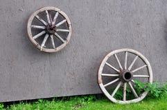Vecchie ruote di legno sulla parete Fotografia Stock Libera da Diritti