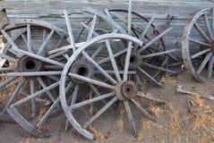 Vecchie ruote di legno tagliate Immagini Stock