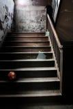 Vecchie scale abbandonate con vetro rotto e una sfera Fotografie Stock Libere da Diritti