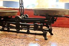 Vecchie scale con due piatti per la pesatura sul davanzale nel deposito fotografia stock