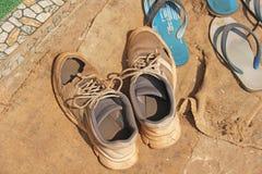 Vecchie scarpe bucate logore delle scarpe da tennis immagine stock