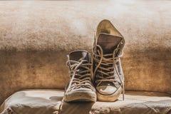 Vecchie scarpe da tennis della tela Fotografie Stock Libere da Diritti