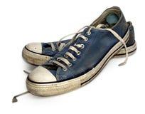 Vecchie scarpe da tennis o addestratori utilizzati e consumati Fotografie Stock