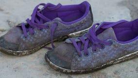Vecchie scarpe da tennis sulla terra stock footage